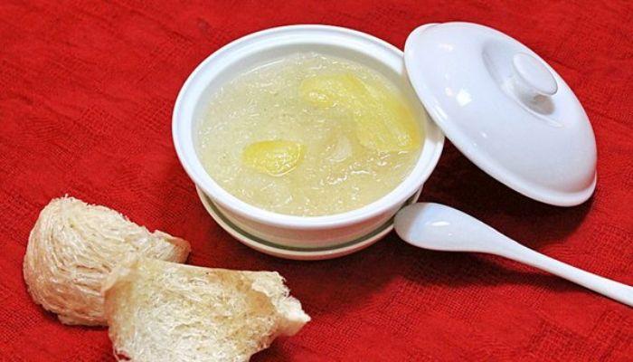 Tổ yến sào chưng đường phèn là một món ăn vô cùng phổ biến và được rất nhiều người yêu thích
