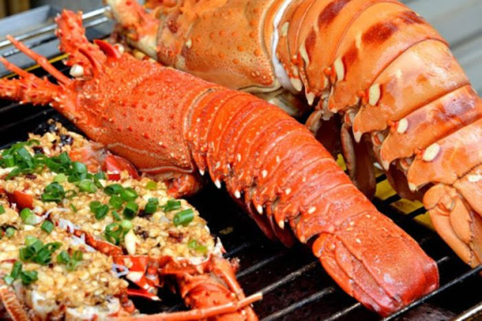Tôm hùm thường sống ở dưới rạn đá san hô, từ lâu đã được coi là vua của các loại hải sản thuộc họ tôm bởi thịt chắc ngọt
