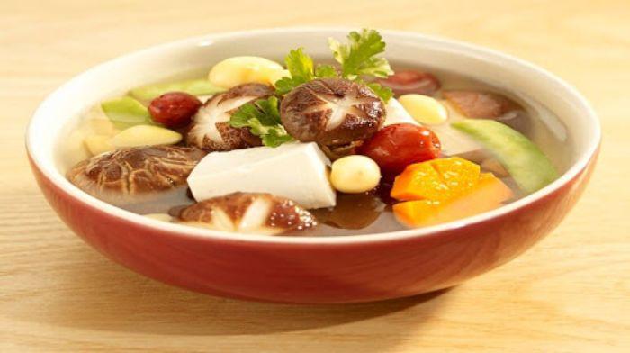 Món canh gà, nấm và cà rốt được các chuyên gia dinh dưỡng khuyên nên sử dụng thường xuyên