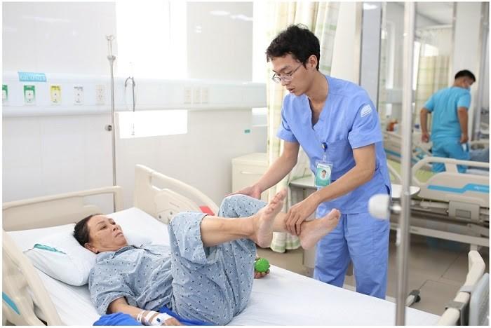Hỗ trợ người bệnh vận động nhẹ tay và chân