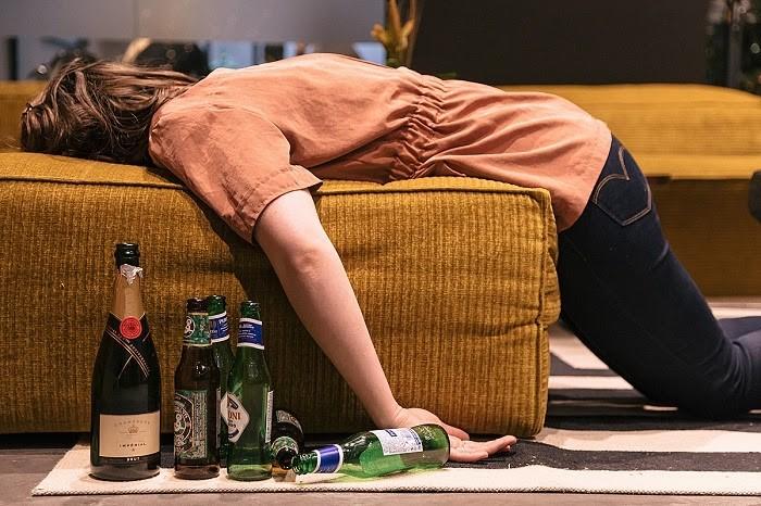 Hỗ trợ người say nằm trên ghế hoặc trên sàn nhà