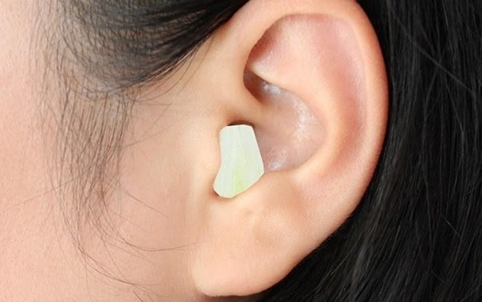 Không nên nhét bông tai sau sinh